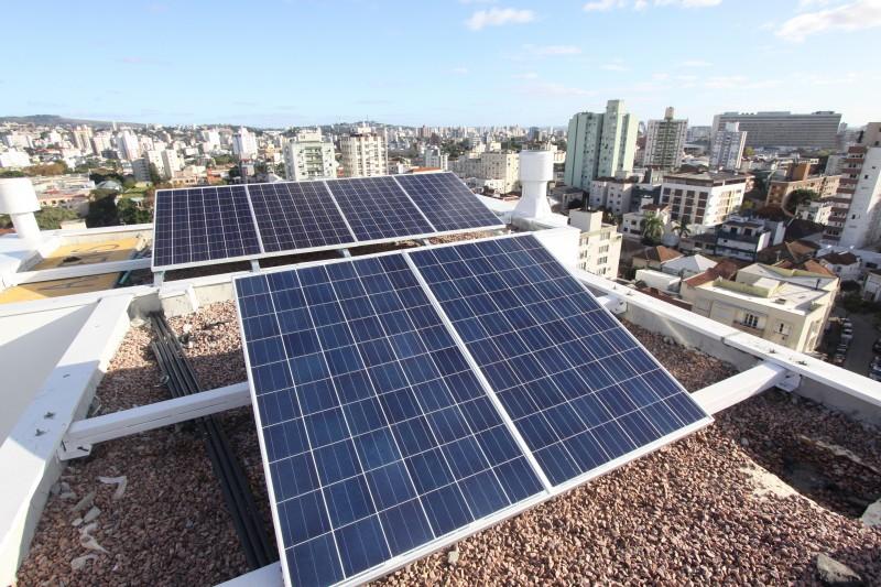 Comércio investe em energia solar para cortar despesas
